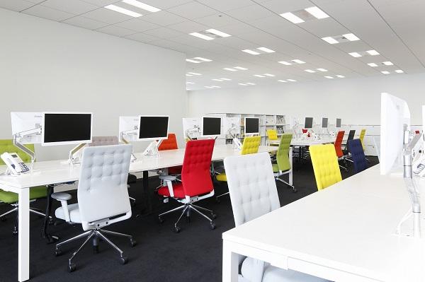 前のオフィスはほぼ満席状態だったため、社員数の増加を見込んで広いオフィススペースを借りた