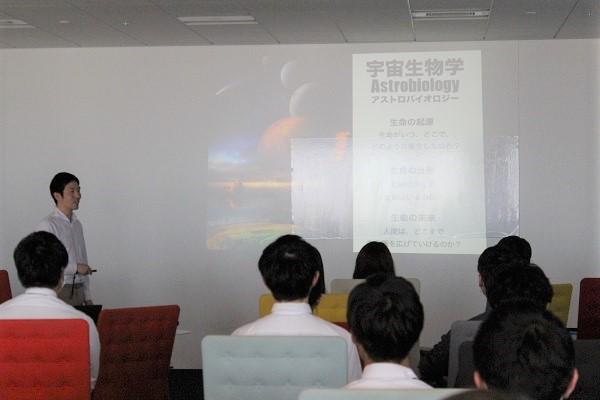 藤島氏は慶應義塾大学大学院で博士号を取得。2011年から2016年まで、NASAエイムズ研究所の研究員も務めていた