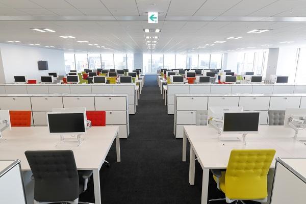 新しいオフィスの内装。窓からは湾岸エリア、東京駅周辺、皇居などが一望できる