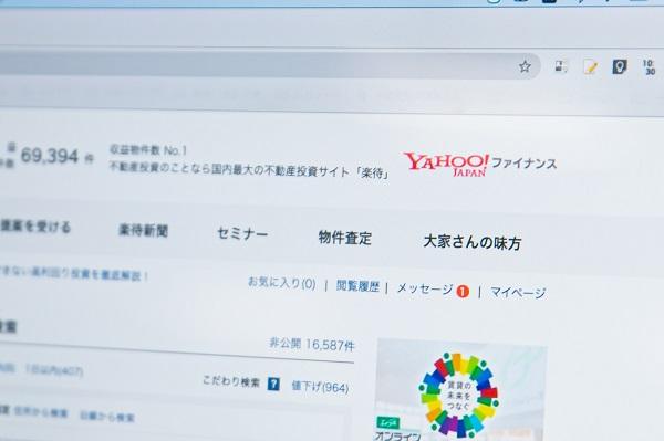 「Yahoo!ファイナンス」から遷移すると、楽待のトップページ右上にロゴが表示される