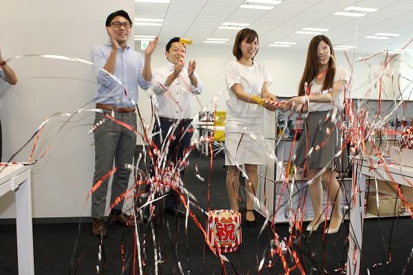リリースした際に行った社内イベントの様子。社員全員でクラッカーでお祝いした